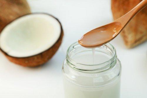 бутылка с кокосовым маслом, чтобы успокоить сыпь